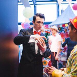 Magie organizare spectacole evenimente firma petreceri copii clovni modelare baloane face painting teatru papusi Mos Craciun personaje poveste